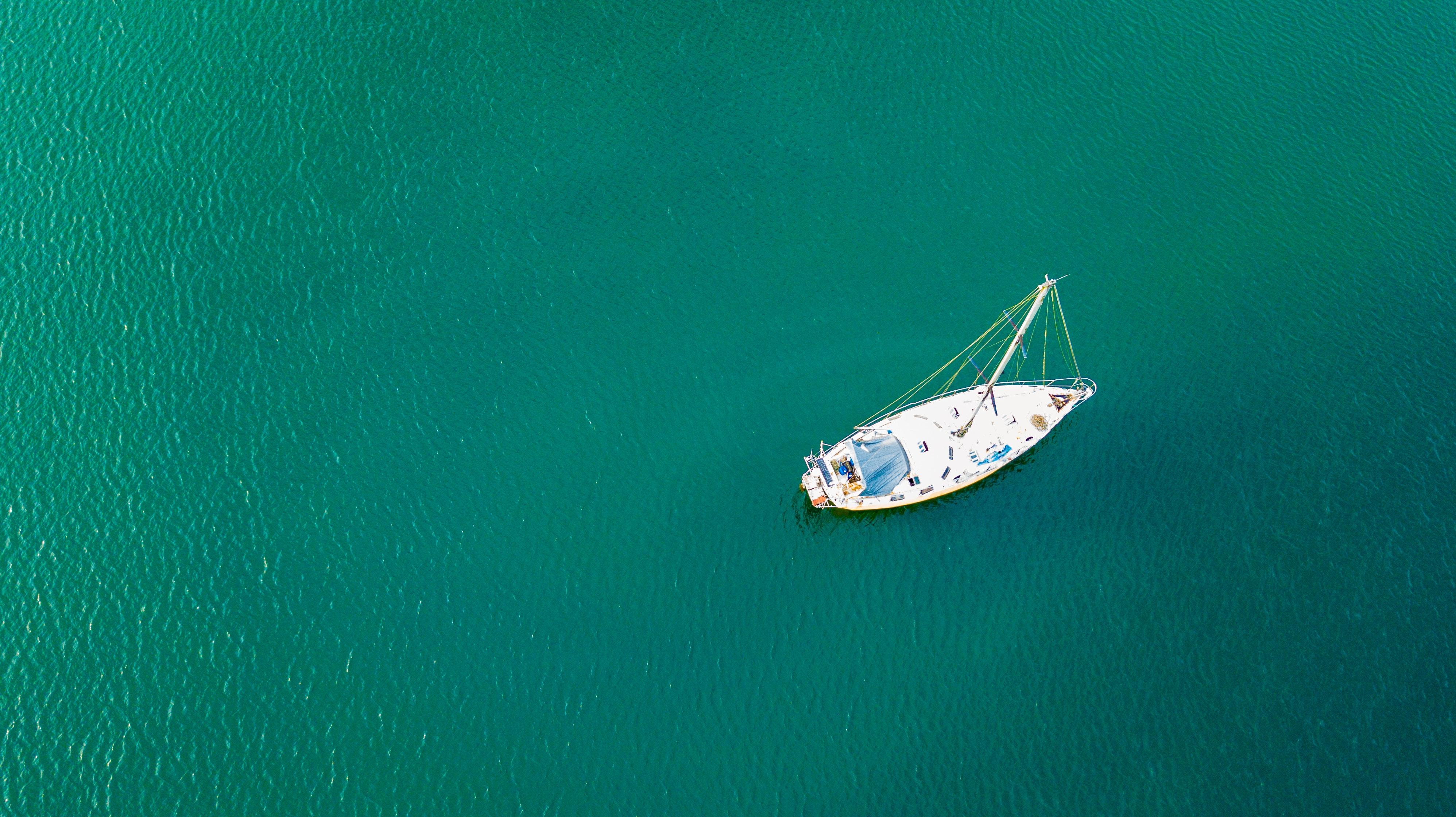 Segelbåt på grönt vatten
